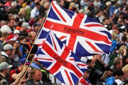 Fans en el podio con banderas para Lewis Hamilton, Mercedes AMG F1