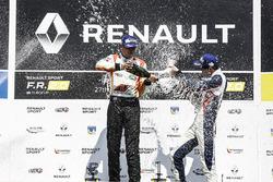 Победитель гонки Гаррисон Скотт и обладатель третьего места Уилл Палмер на подиуме