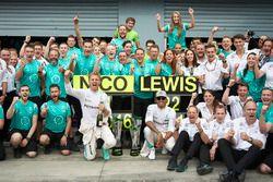Ganador de la carrera Nico Rosberg, Mercedes AMG F1 y Lewis Hamilton celebra con equipo