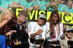1. Lewis Hamilton, Mercedes AMG F1, feiert mit dem Team, Lindsey Vonn, Gordon Ramsey und Venus Willi