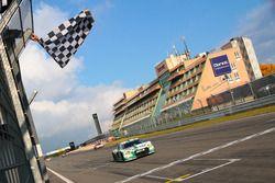 Zielflagge für Connor de Phillippi, Christopher Mies, Land Motorsport, Audi R8 LMS