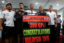 Jenson Button, McLaren fête son 300e GP avec Daniel Ricciardo, Red Bull Racing, Stoffel Vandoorne, pilote d'essais et de réserve, McLaren F1 Team et Marcus Ericsson, Sauber F1 Team