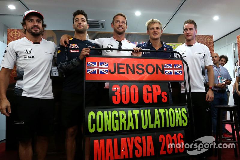 Jenson Button, McLaren Honda celebrates 300 GP, Daniel Ricciardo, Red Bull Racing, Stoffel Vandoorne, third driver, McLaren F1 Team and Marcus Ericsson, Sauber F1 Team
