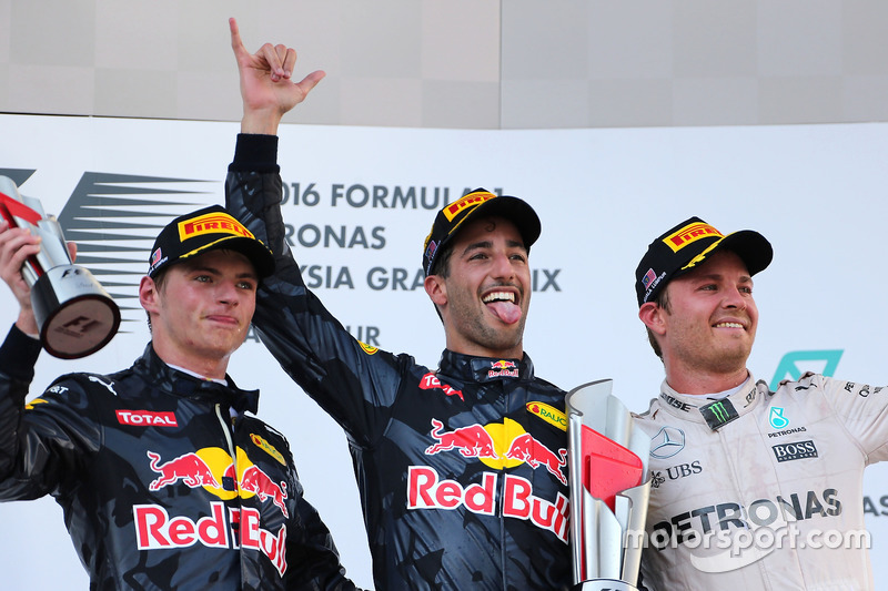 Podium: 2. Platz Max Verstappen, Red Bull Racing, Sieger Daniel Ricciardo, Red Bull Racing, 3. Platz Nico Rosberg, Mercedes AMG F1 Team