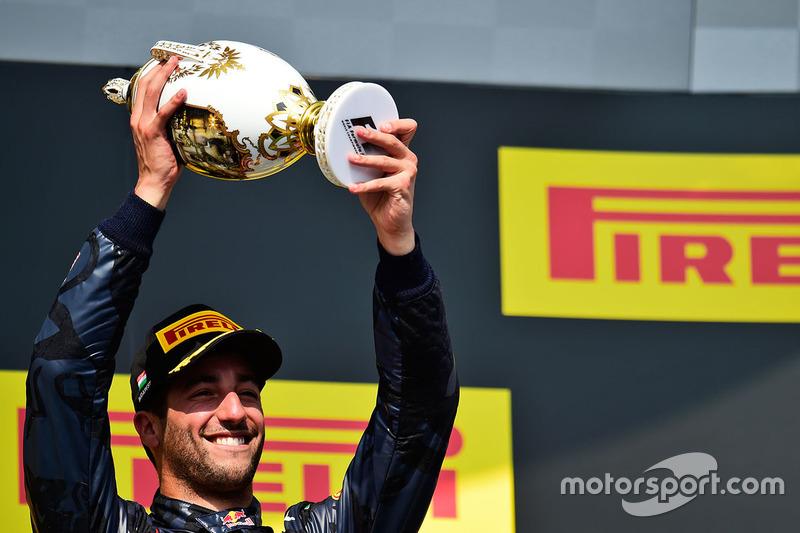 Daniel Ricciardo terminou em terceiro e voltou a sorrir, já que superou Max Verstappen, companheiro de equipe na Red Bull.