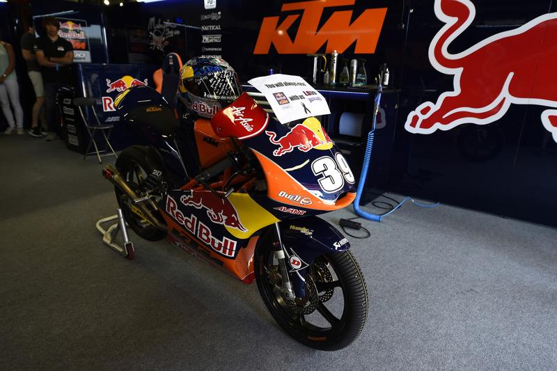 Garaje de Red Bull KTM con la moto de Luis Salom