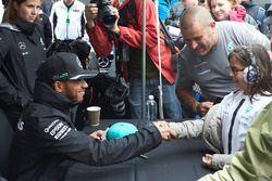 Lewis Hamilton, Mercedes AMG F1 avec une jeune fan