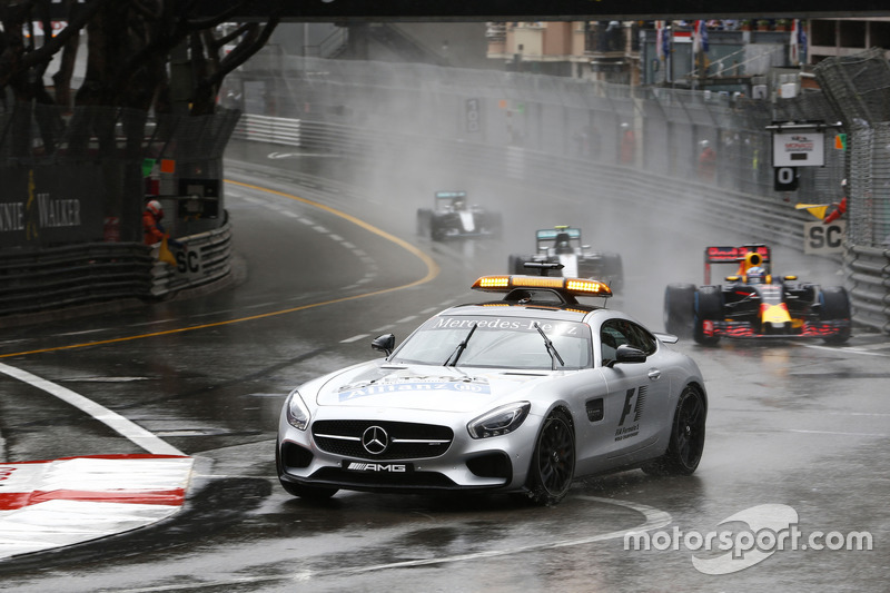 Daniel Ricciardo, Red Bull Racing RB12 mène derrière le Safety Car de la FIA