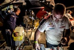 Un mécanicien Peugeot Sport au travail