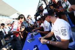 Fernando Alonso, McLaren und Stoffel Vandoorne, McLaren, Test- Und Reservefahrer, schreiben Autogram