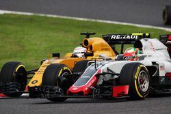 Esteban Gutierrez, Haas F1 Team VF-16 and Kevin Magnussen, Renault Sport F1 Team RS16