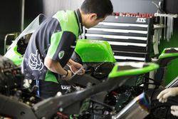 Team Green, meccanico al lavoro