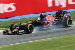 Carlos Sainz Jr., Scuderia Toro Rosso STR11 locks up under braking