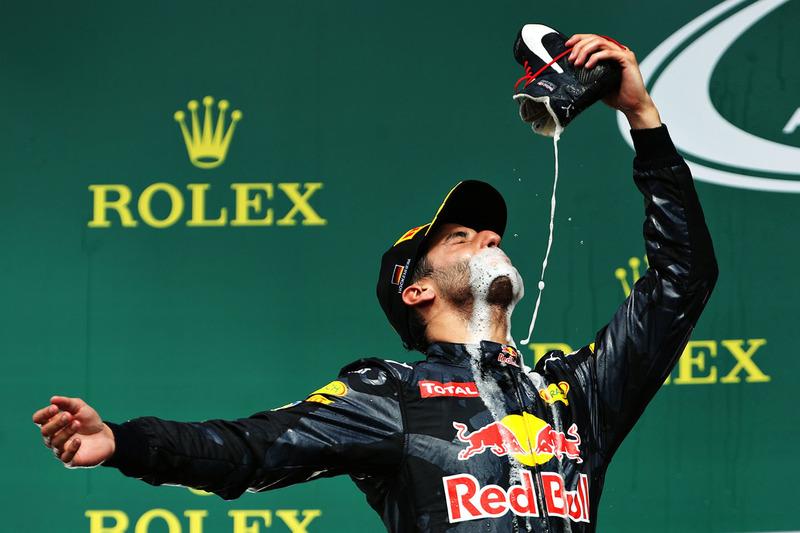 6. Подіум: Даніель Ріккардо, Red Bull Racing, святкує друге місце і п'є шампанське із взуття