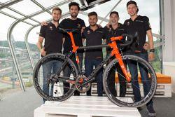Foto di gruppo durante la presentazione della bici Orange1 by Colnago dedicata alla 24 Ore di Spa