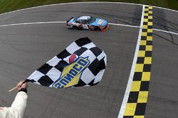 Kyle Busch, Joe Gibbs Racing Toyota se lleva la victoria