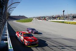 Kyle Larson, Chip Ganassi Racing Chevrolet, Landon Cassill, Front Row Motorsports Ford