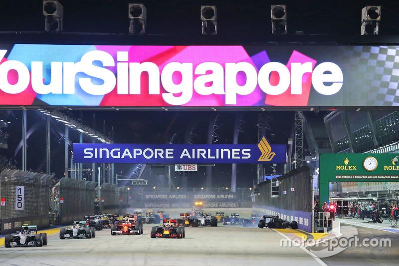 A largada teve como destaque o acidente sofrido por Nico Hülkenberg, encaixotado por Carlos Sainz Jr. e Max Verstappen, que largou mal.