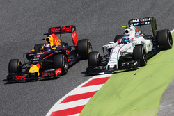 Daniel Ricciardo, Red Bull Racing RB12 passeer Valtteri Bottas, Williams FW38