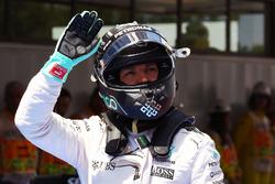 Nico Rosberg, Mercedes AMG F1, fête sa deuxième place dans le parc fermé des qualifications