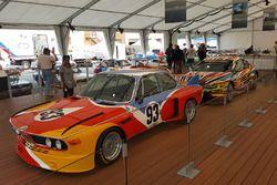 Eerste en meest recente BMW Art Cars: 1975 BMW 3.0 CSL met Alexander Calder, 2010 BMW M3 GT2 met Jef
