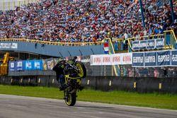 Stuntman Rafal Pasierbek op zijn Yamaha MT07