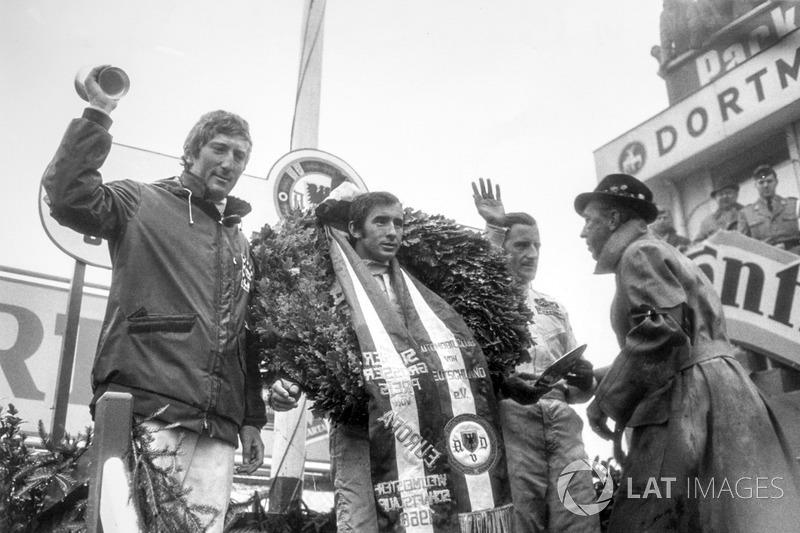 Podium: Le vainqueur, Jackie Stewart, Matra MS10-Ford, Graham Hill, Lotus 49B-Ford, second et Jochen Rindt, Brabham BT26-Repco, troisième.