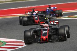 Kevin Magnussen, Haas F1 Team VF-17, Romain Grosjean, Haas F1 Team VF-17, Daniil Kvyat, Scuderia Toro Rosso STR12