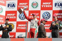Podium: race winner Mick Schumacher, second place Joey Mawson, third place Harrison Newey