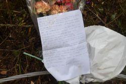 Sul luogo dell'incidente di Mauro Amendolia e Gemma Amendolia vengono lasciati fiori e una lettera
