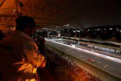 Un fan mira a Kimi Raikkonen, Ferrari SF70H, desde la tribuna