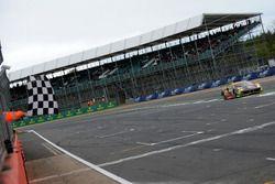 Bandiera a scacchi per #61 Clearwater Racing Ferrari 488 GTE: Mok Weng Sun, Matt Griffin, Keita Sawa
