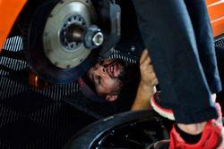Mecánicos trabajan en el #31 MP1A Lamborghini Gallardo R GT3, Sergio Lagana, Champ 1 Motorsports