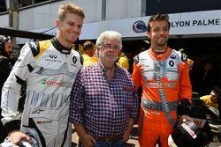 Гонщики Renault Sport F1 Team Нико Хюлькенберг и Джолион Палмер с Джорджем Лукасом