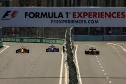 Daniel Ricciardo, Red Bull Racing RB13 y Daniil Kvyat, Scuderia Toro Rosso STR12