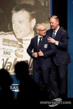 Mark Martin recibe su saco del salón de la Fama por parte de Brian France, NASCAR