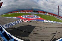 Kyle Larson, Chip Ganassi Racing Chevrolet bajo la bandera a cuadros para ganar