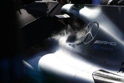 De la fumée s'échappe de la Mercedes AMG F1 W08 sur la grille
