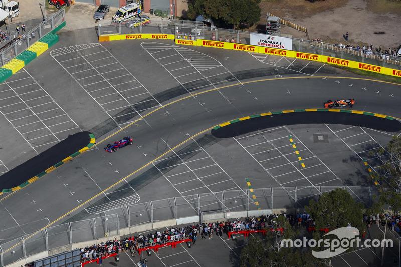 Daniil Kvyat, Scuderia Toro Rosso STR12, precede Fernando Alonso, McLaren MCL32