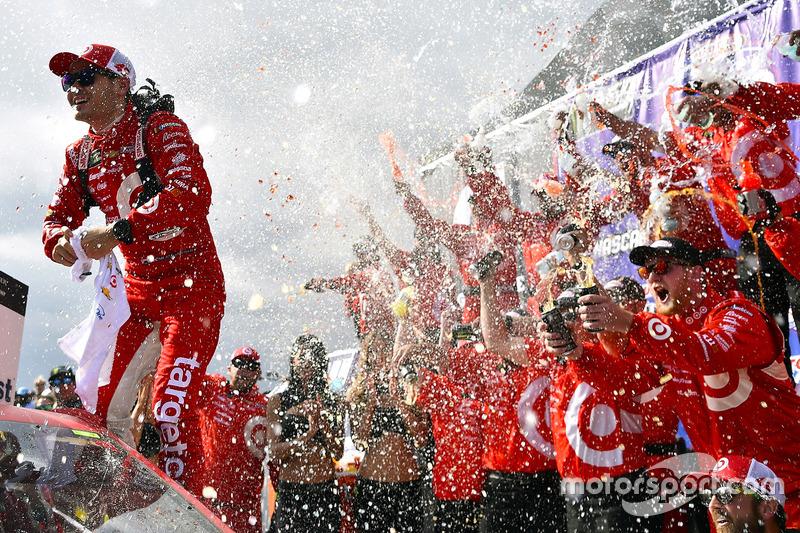 8. Kyle Larson, Chip Ganassi Racing Chevrolet celebra la victoria en Victory Lane