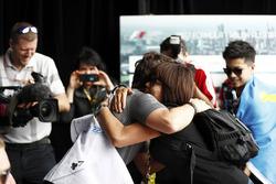 Fernando Alonso, McLaren, prend dans ses bras une fan