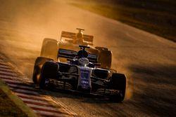 Antonio Giovinazzi, Sauber C36, y Max Verstappen, Red Bull Racing RB13