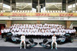 Lewis Hamilton, Mercedes AMG F1 und Nico Rosberg, Mercedes AMG F1 beim Teamfototermin