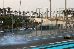 Max Verstappen, Red Bull Racing dreht sich in der 1. Runde