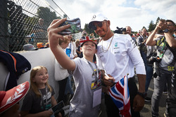 Lewis Hamilton, Mercedes AMG F1, prend une photo avec un fan