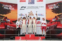 Podium Race 4: Pemenang balapan, Jordan Love (AUS); Runner-up dan Rookie terbaik, Presley Martono (I