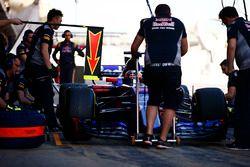 Carlos Sainz Jr., Scuderia Toro Rosso STR12 en pit stop