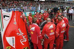 Ferrari mekanikerleri ve Kimi Raikkonen, Ferrari SF70H