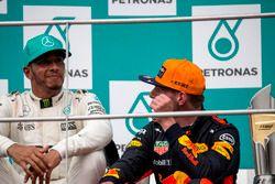 Podyum: 2. Lewis Hamilton, Mercedes AMG F1 ve yarış galibi Max Verstappen, Red Bull Racing