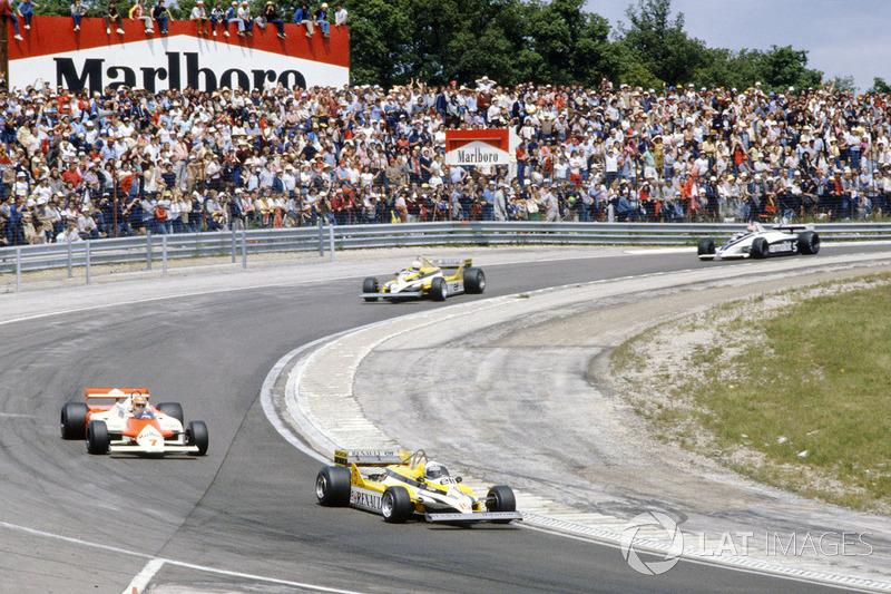 Alain Prost, Renault RE30, lidera sobreJohn Watson, McLaren MP4/1 Ford, Réne Arnoux, Renault RE30, N